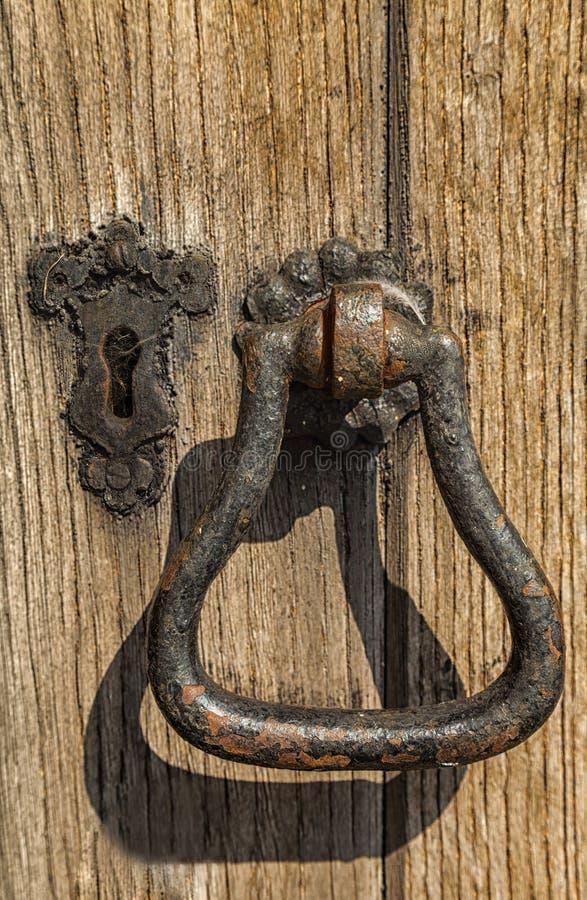 Heurtoir de porte victorien de fer et trou de la serrure sur le fond en bois photos libres de droits