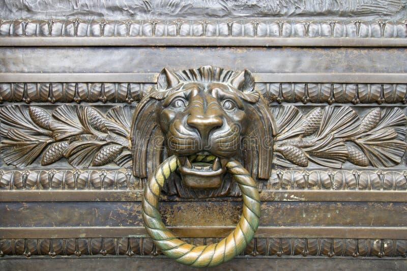 Heurtoir de trappe en bronze principal de lion photo libre de droits