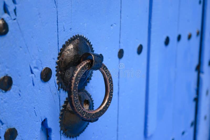 Heurtoir sur une porte bleue, Chefchaouen, Maroc photo stock