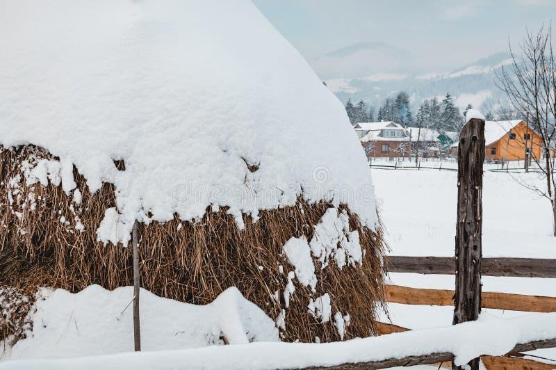 Heuschober bedeckt mit Schneekappe im Winter stockfotos