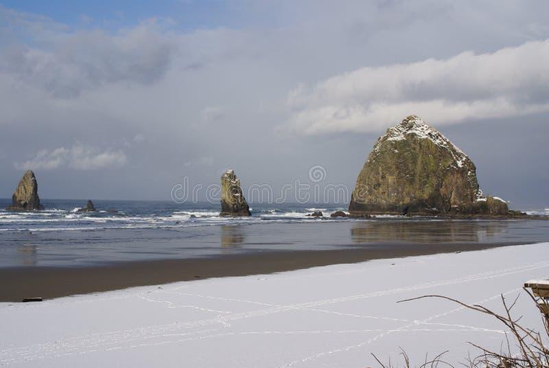 Heuschober-Felsen mit Schnee lizenzfreie stockfotografie