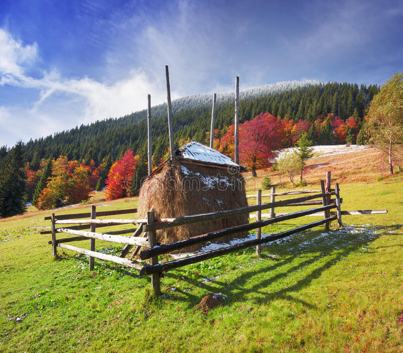 Heuschober im Herbst stockbild