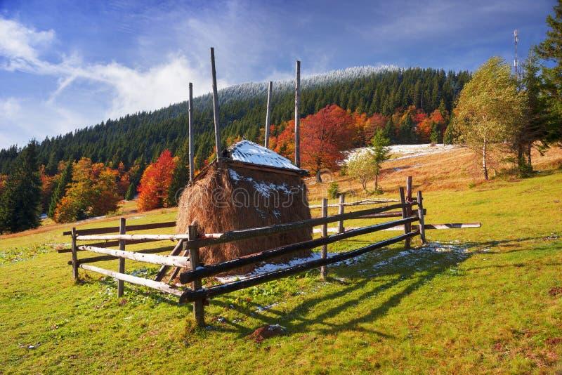 Heuschober im Herbst stockfotografie