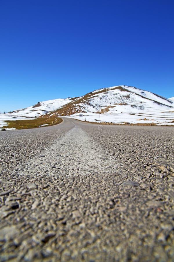 heuvel in Afrika Marokko de wilde straat van het hoekasfalt stock foto