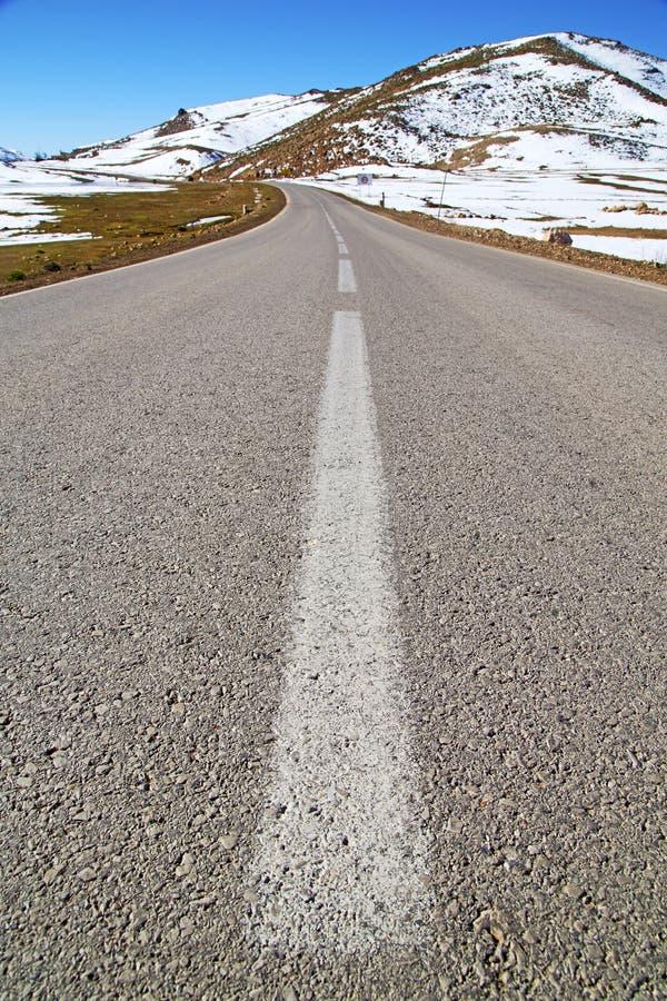 Heuvel in Afrika Marokko wilde de straat witte lin van het hoekasfalt stock afbeelding