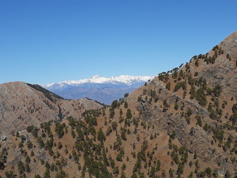 Heuvel door ijs, mening wordt behandeld van Kashmir dat stock fotografie