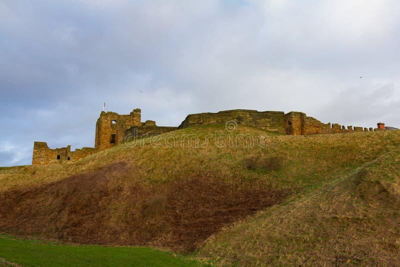 Heuvel en Ruïnes van Middeleeuws Tynemouth-Priorij en Kasteel, het UK stock afbeelding