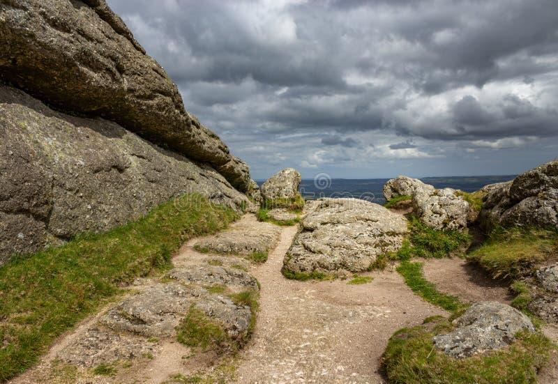Heuvel hoogste rotsen en dramatische hemel royalty-vrije stock fotografie