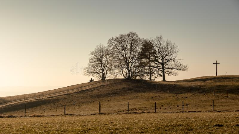 Heuvel met kruis dichtbij Weilheim Beieren Duitsland stock foto