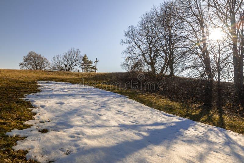 Heuvel met kruis dichtbij Weilheim Beieren Duitsland stock fotografie