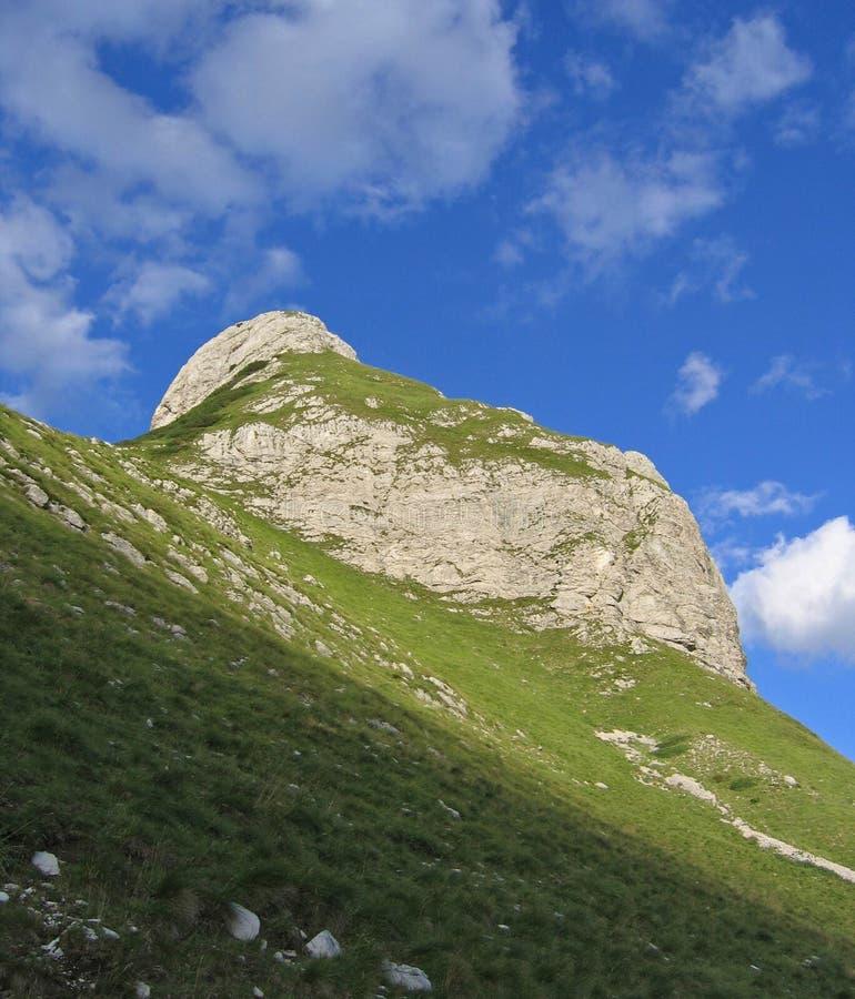 Download Heuvel onder de hemel stock afbeelding. Afbeelding bestaande uit gras - 296679