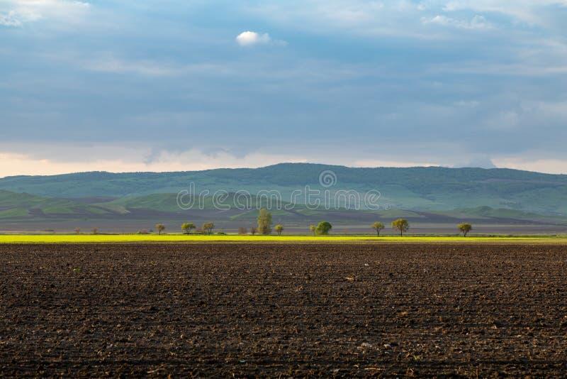 Heuvel van de vallei vóór het onweer stock afbeeldingen