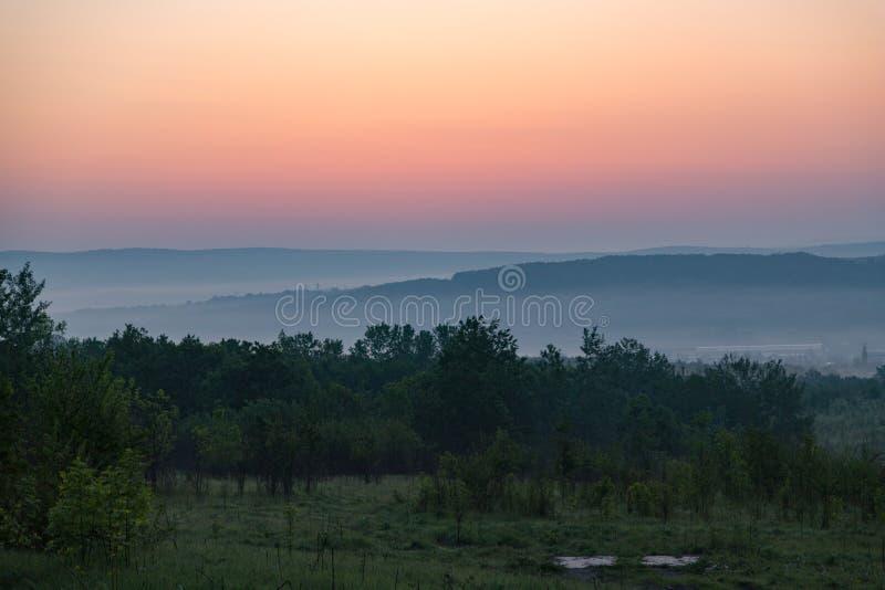 Heuvel van de vallei vóór het onweer royalty-vrije stock afbeelding