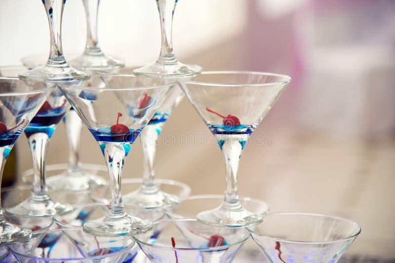 Heuvel van glazen wijn en kersen stock foto's