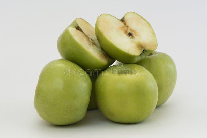 Heuvel van groene appelen stock afbeelding