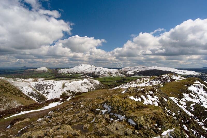 Heuvel van Lange Mynd, mening over de Kaardende Molenvallei en Caer Caradoc, rotsen in voorgrond, de Heuvels het UK van Shropshir royalty-vrije stock afbeelding