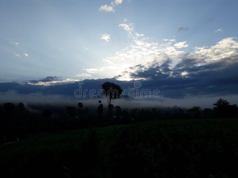 Heuvelig en bewolkt stock foto
