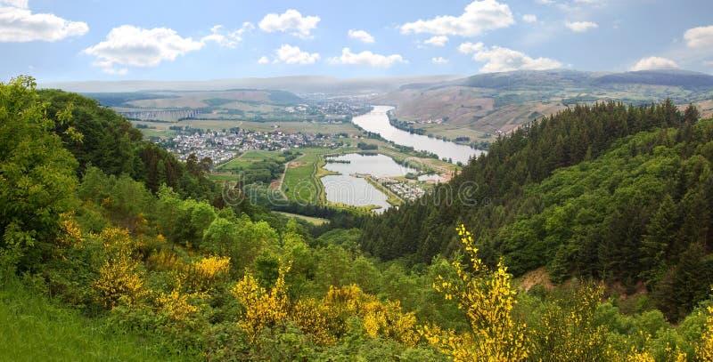 Heuvelig landschap en mening aan de rivier van Moezel royalty-vrije stock fotografie