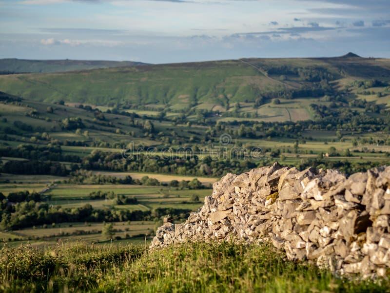 Heuvelig landschap in het Piekdistrict in het UK met een steen fenc royalty-vrije stock afbeelding