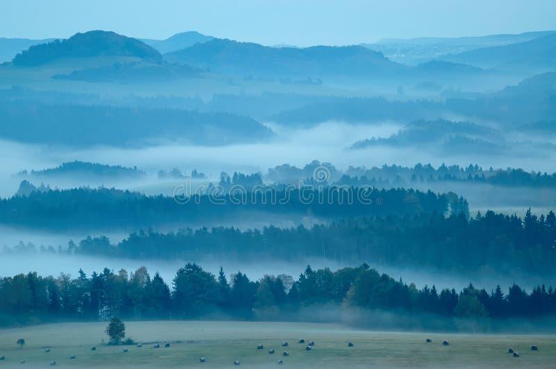 Heuvelig landschap met mist royalty-vrije stock afbeelding