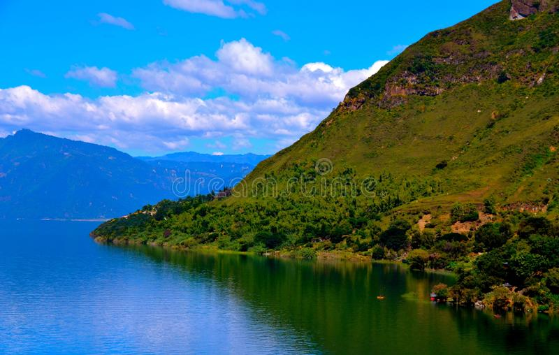 Heuvels die Meer Atitlan omringen royalty-vrije stock foto