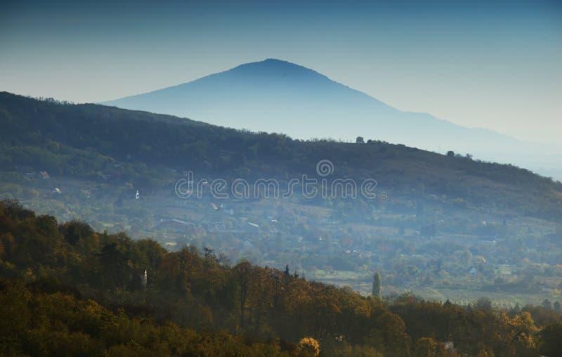 Heuvels en berg met mist in daling stock foto's