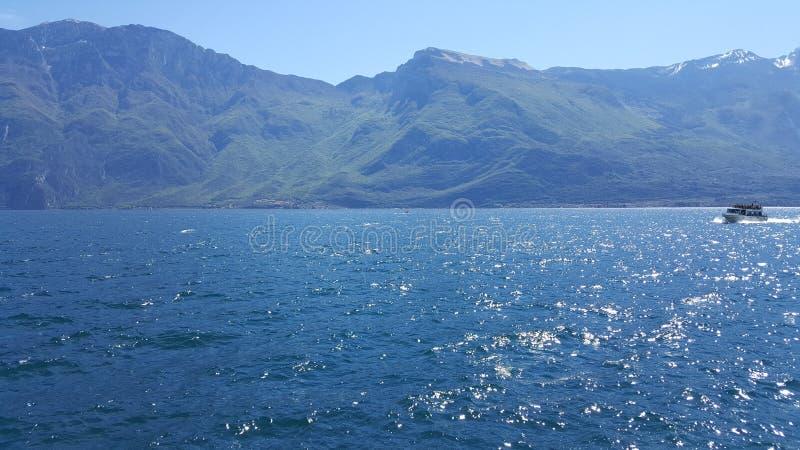 Heuvels en het meer stock afbeelding