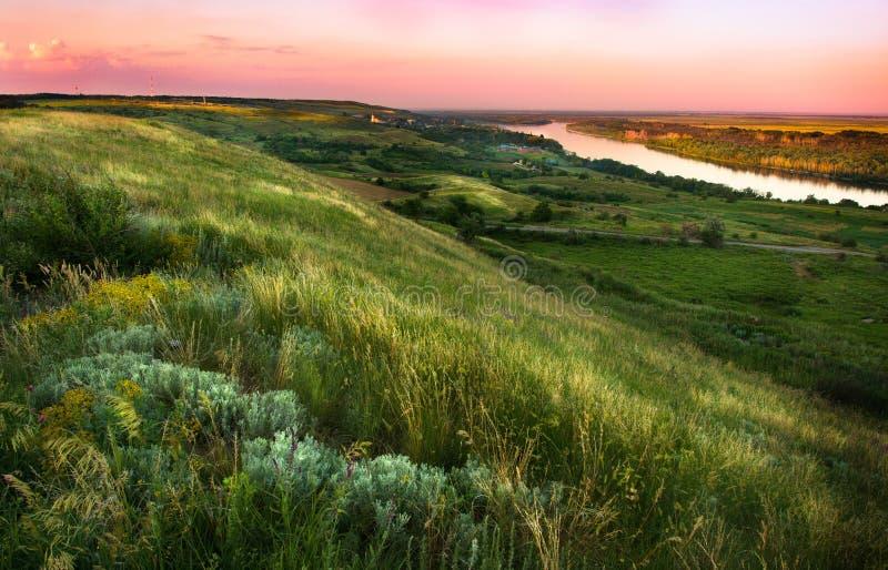 Heuvels met steppekruiden worden behandeld op de rivierbank die royalty-vrije stock afbeelding