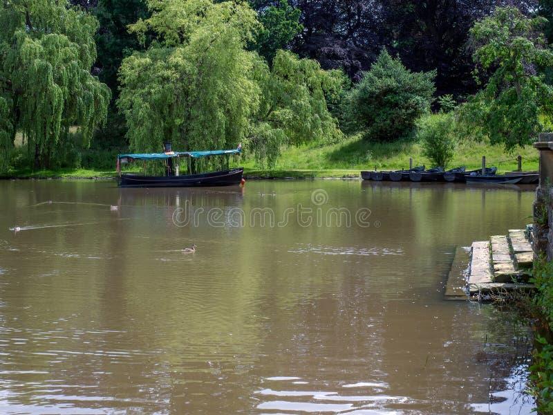 HEVER KENT/UK - JUNI 28: Fartyg på sjön på den Hever slotten in royaltyfri foto