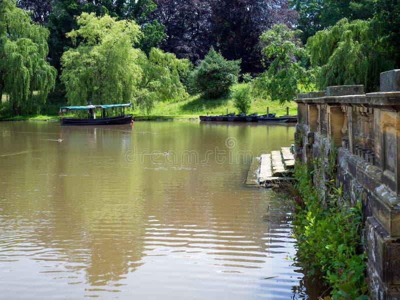 HEVER KENT/UK - JUNI 28: Fartyg på sjön på den Hever slotten in arkivfoto