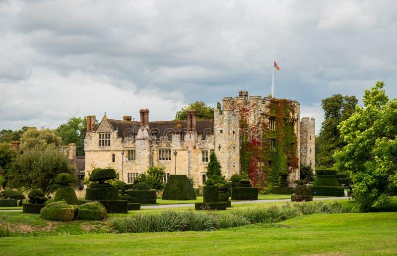 """HEVER-SLOTT, ENGLAND, UK †""""SEPTEMBER 08 2018: Sikt av den Hever slotten och dess topiaryträdgård på en molnig dag royaltyfria foton"""