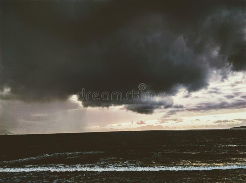 Hevig overzees donderonweer met winderige regen en rollende golven stock afbeelding