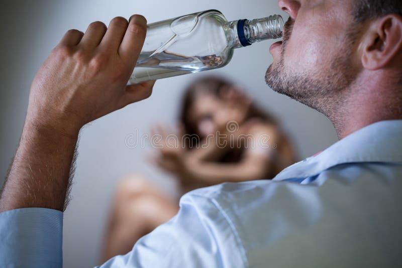 Hevige echtgenoot met alcoholisch probleem royalty-vrije stock foto