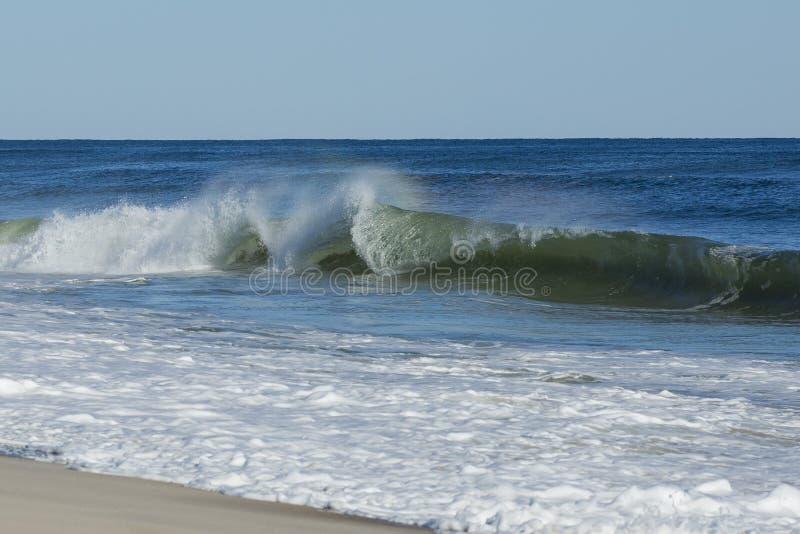 Hevige, Veranderlijke Oceaangolven bij het Strand stock afbeelding