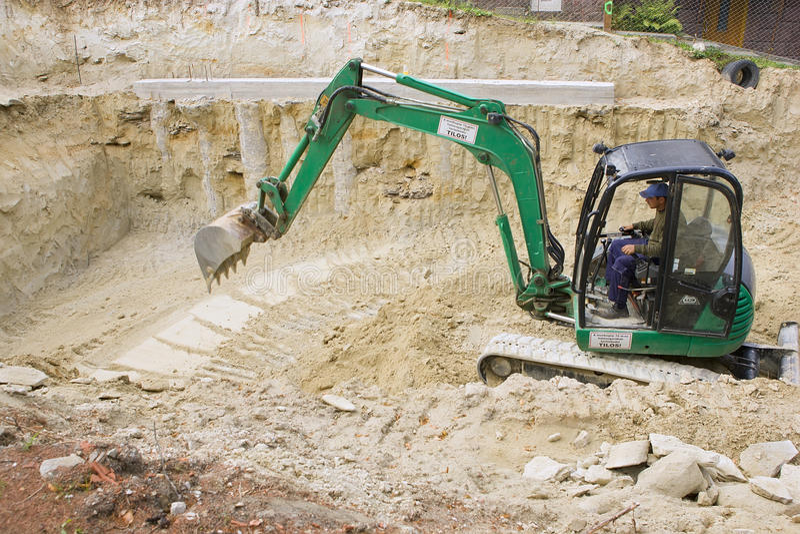 HEVIZ, HONGARIJE - AUGUSTUS, 2013: Bulldozer, Graafwerktuig Digging royalty-vrije stock afbeelding