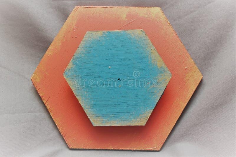 Hexágono de madeira azul e salmon fotografia de stock royalty free