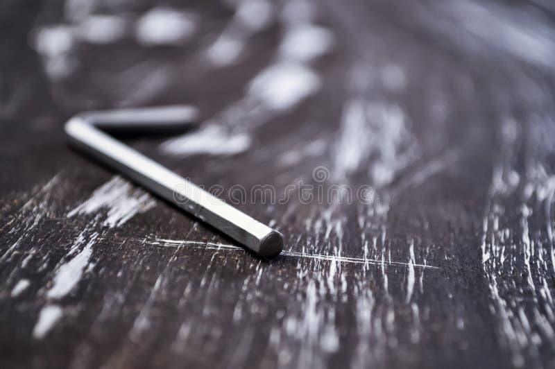 Hexágono para o trabalho do reparo que encontra-se na tabela Repare ferramentas no imagens de stock royalty free