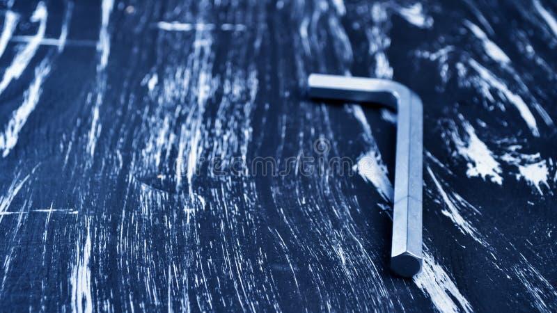 Hexágono para o trabalho do reparo que encontra-se na tabela Repare ferramentas no fotos de stock