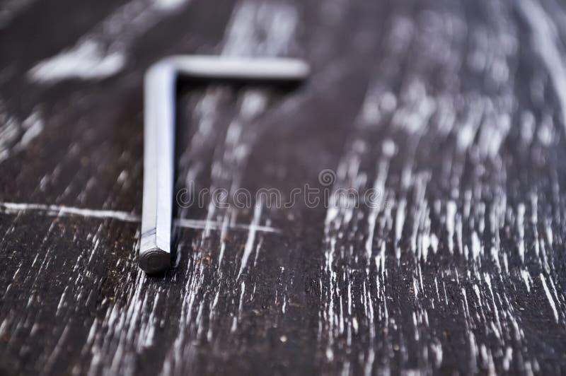 Hexágono para o trabalho do reparo que encontra-se na tabela Repare ferramentas no fotografia de stock