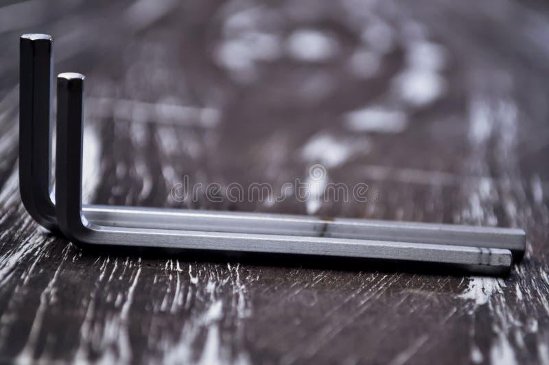 Hexágono para o trabalho do reparo que encontra-se na tabela Repare ferramentas no imagem de stock