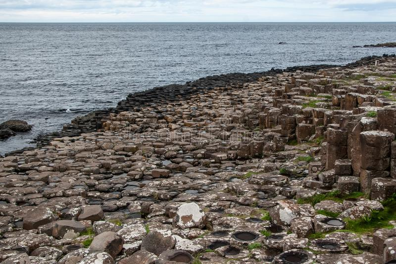 Hexagonale steenkolenformaties, zee in de achtergrond, in de causeway van Giant, Noord-Ierland royalty-vrije stock afbeeldingen