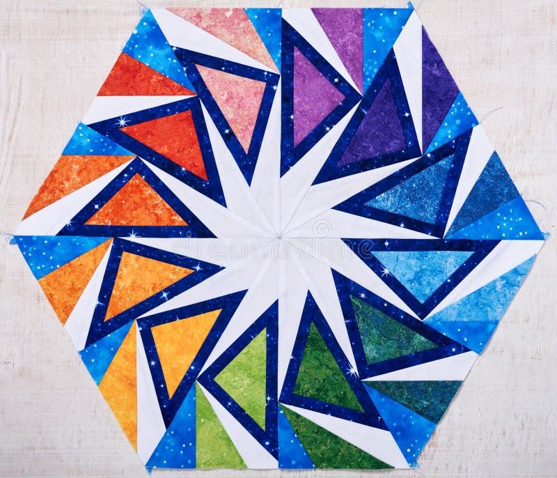 Hexagonpatchworkblock wie Kaleidoskop, Detail der Steppdecke lizenzfreie stockbilder