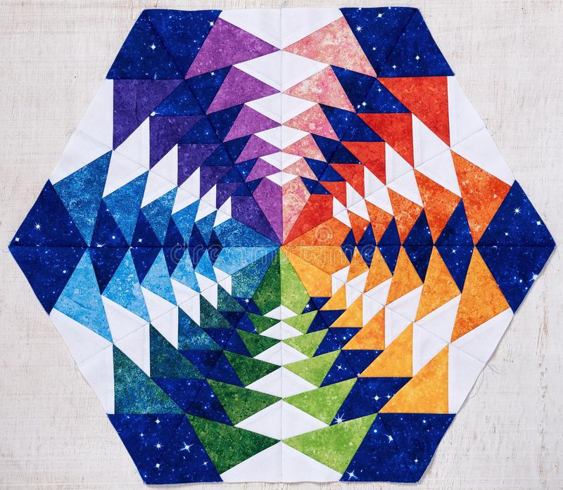 Hexagonpatchworkblock wie Kaleidoskop, Detail der Steppdecke stockfotografie