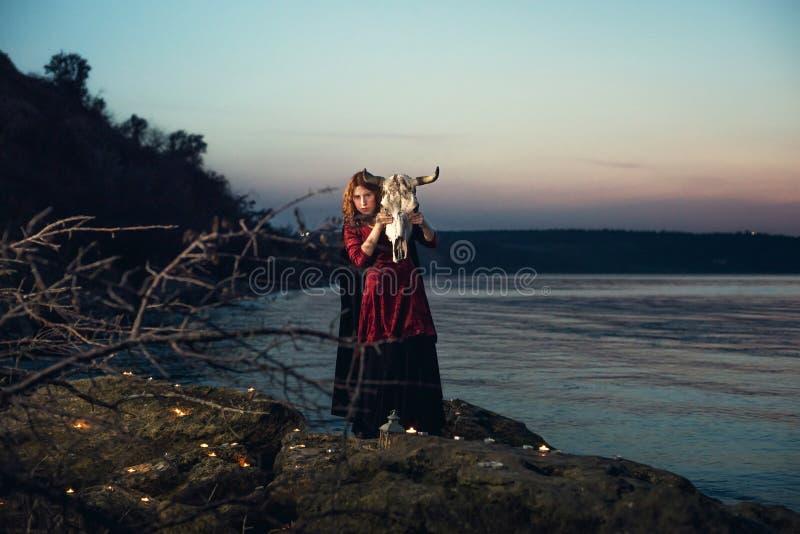 Hexe auf einem Sumpf stockfotos