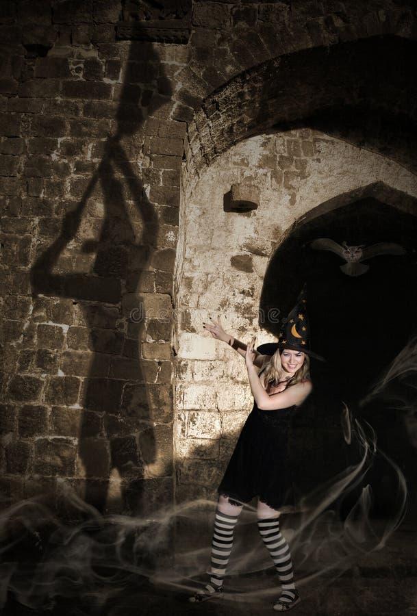Hexe, die ihren Schatten erschrickt lizenzfreies stockfoto