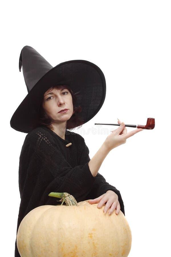 Hexe, die mit einem Rohr aufwirft lizenzfreies stockfoto