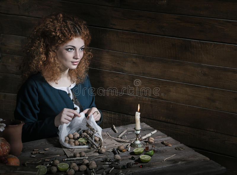 Hexe, die Trank zubereitet stockbilder