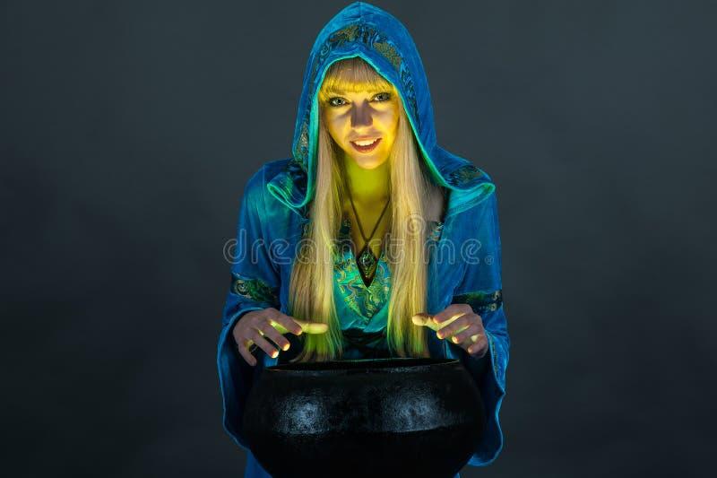 Hexe mit großem Kessel lizenzfreie stockfotografie