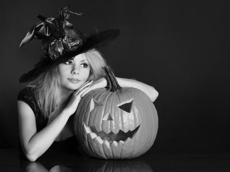 Hexe mit Halloween-Kürbis stockbild