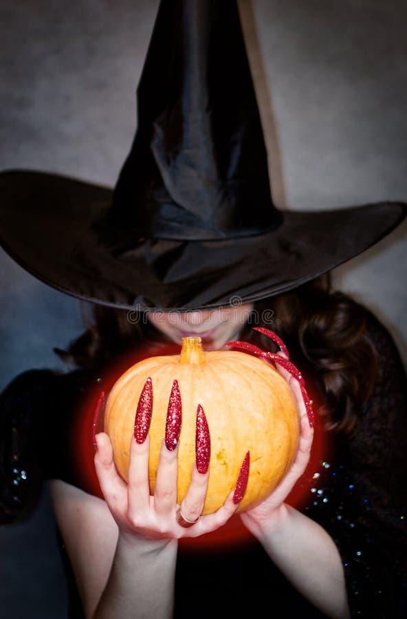 Hexe mit Kürbis in den Händen stockfoto